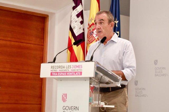 El vicepresidente del Govern balear y conseller de Transición Energética, Sectores Productivos y Memoria Democrática, Juan Pedro Yllanes, en una rueda de prensa en el Consolat de Mar.