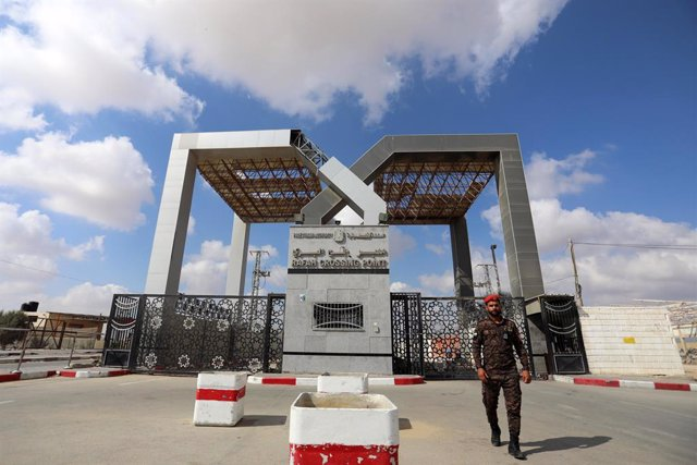 22 August 2021, Palestinian Territories, Rafah: A member of the Palestinian security forces guards the Rafah Border Crossing after it has been closed indefinitely by the Egyptian authorities as of Monday. Photo: Ashraf Amra/APA Images via ZUMA Press Wire/