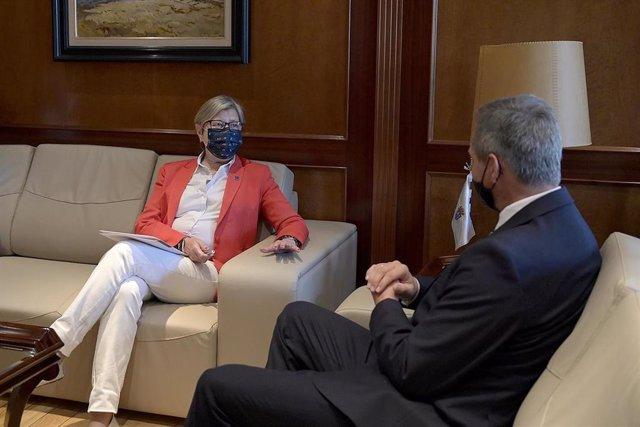 La conselleira do Mar, Rosa Quintana, y el delegado del Gobierno, José Miñones, en una reunión