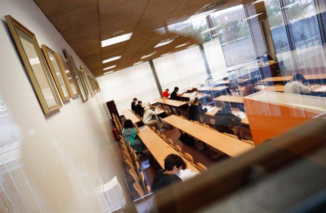 Archivo - Un grupo de estudiantes durante la convocatoria extraordinaria de la Evaluación del Bachillerato para el Acceso a la Universidad (EBAU) en Madrid
