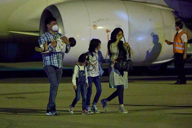 Diverses persones repatriades a la seva arribada a la Base Aèria de Torrejón després de baixar-se del setè avió procedent de l'Afganistan (Arxiu)
