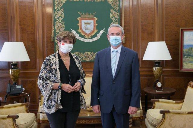 La tenienete de Alcalde, Ana Elizalde, recibe al embajador de la República de Eslovenia.