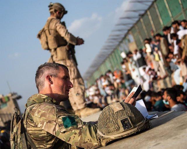 Militares británicos durante la evacuación del aeropuerto de Kabul
