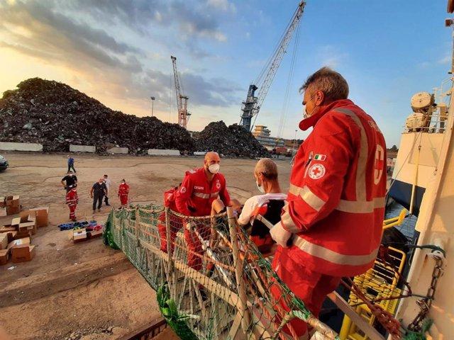 Desembarco en Augusta de las 322 personas rescatadas por el buque 'Geo Barents' en el Mediterráneo central.