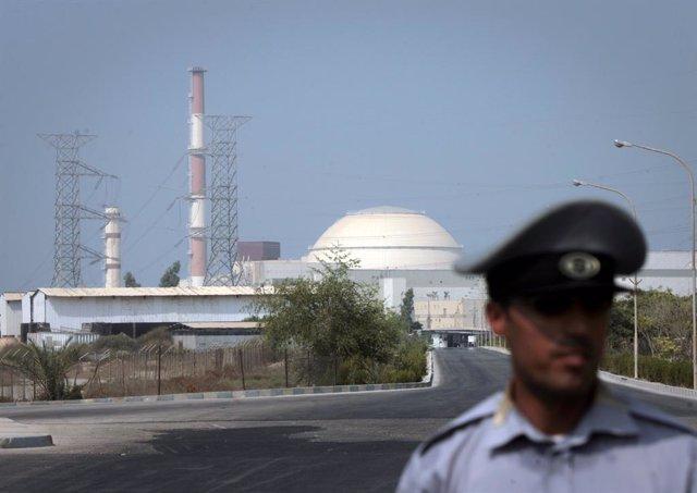 Archivo - Un policía de Irán frente a la central nuclear de Bushehr