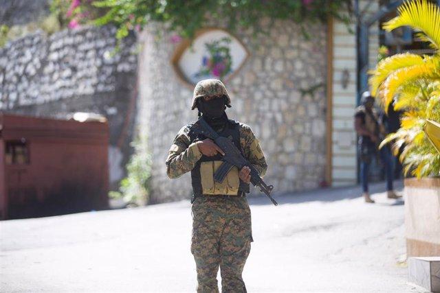 Archivo - Un soldado frente a la residencia del asesinado presidente haitiano, Jovenel Moise