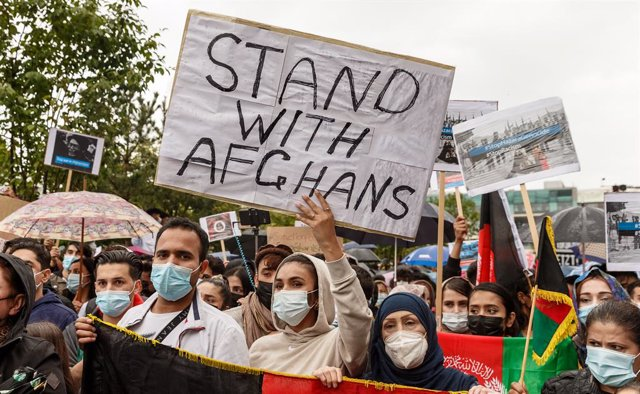 22 August 2021, Hamburg: Participants hold signs during a demonstration held to call for the the reception of stranded Afghan people following the Taliban takeover. Photo: Markus Scholz/dpa