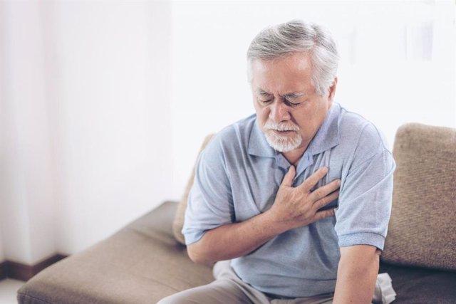 Archivo - Infarto, dolor en el pecho.