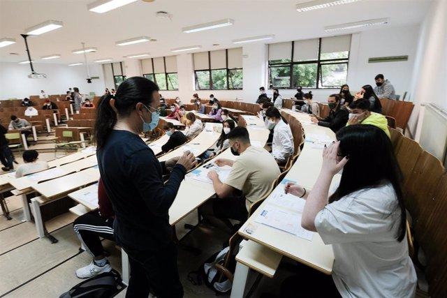 Archivo - Varios estudiantes en un aula de la universidad.