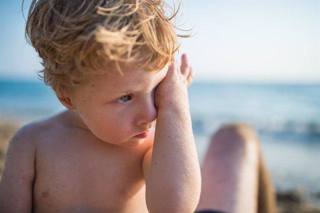 Archivo - Niño en la playa.