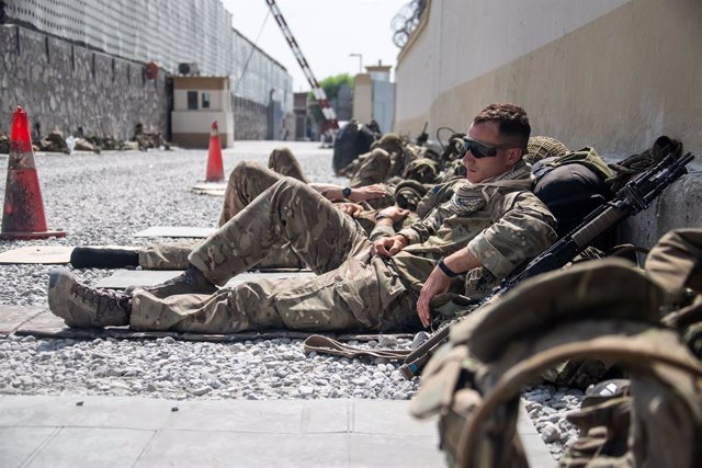 HANDOUT - 23 August 2021, Afghanistan, Kabul: A member of the UK Armed Forces, who continue to take part in the evacuation of entitled personnel, takes a rest at Kabul airport amid the Taliban takeover. Photo: Lphot Ben Shread/MoD/PA Wire/dpa - ATTENTION: