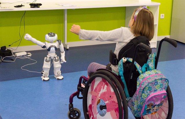 Archivo - El Hospital Nacional de Parapléjicos experimenta con la robótica social aplicada a la neurorrehabilitación de los niños con lesión medular.