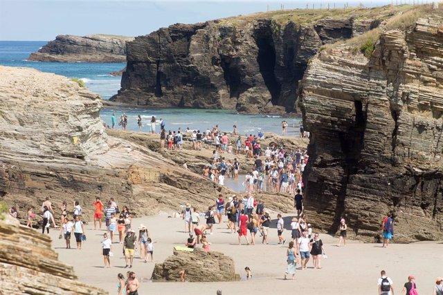 Turistas pasean por la playa de Las Catedrales