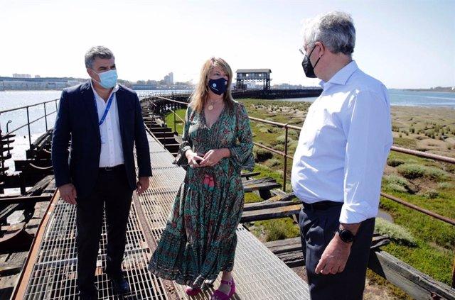 La presidenta de la Autoridad Portuaria de Huelva, Pilar Miranda, en una visita al Muelle de Tharsis.