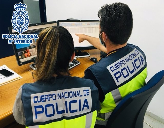 Imagen de dos agentes de la Policía Nacional durante las investigaciones