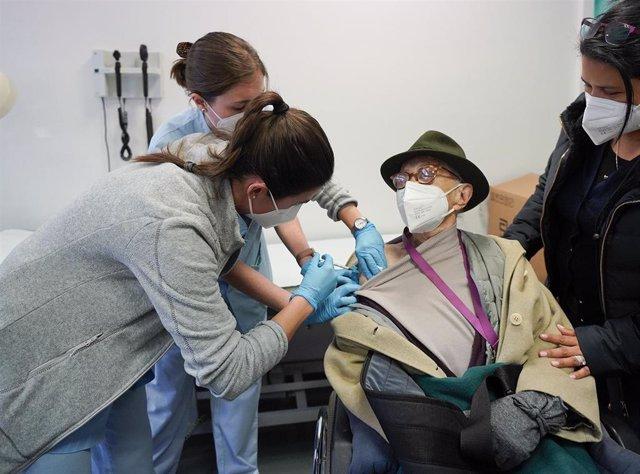 Archivo - Comienza la vacunación anticovid de mayores de cien años en Euskadi