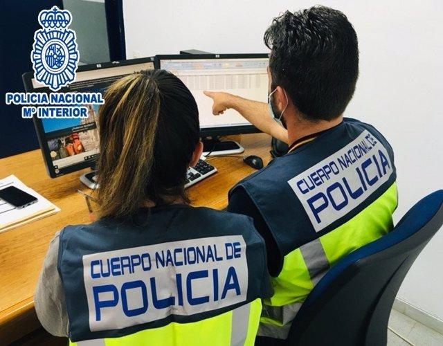 Imatge de dos agents de la Policia Nacional durant les investigacions