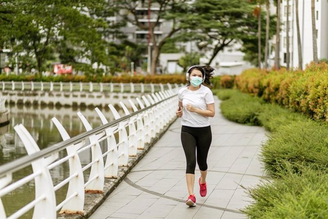 Archivo - Mujer haciendo deporte en tiempos del coronavirus.