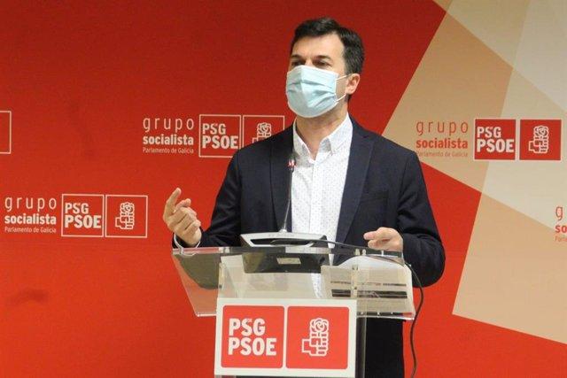 El secretario xeral del PSdeG, Gonzalo Caballero, en una rueda de prensa en las instalaciones del grupo socialista en el Parlamento de Galicia.