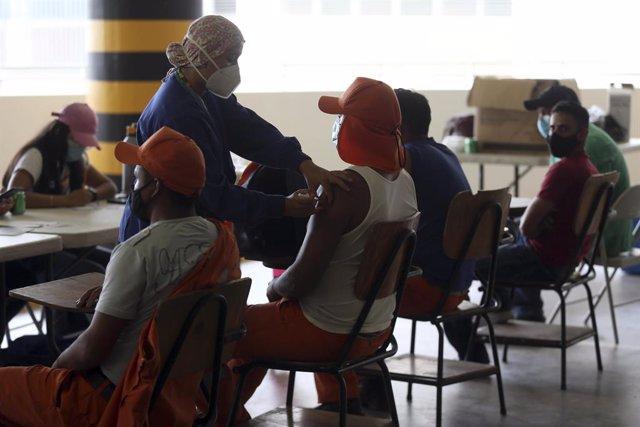 Voluntarios hondureños participan en un estudio de vacunación organizado por la Universidad Nacional Autónoma de Honduras
