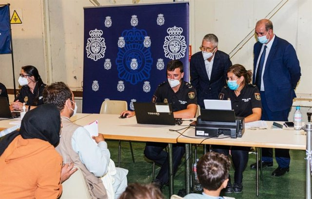 El ministro del Interior, Fernando Grande-Marlaska, y el director de la Policía, Francisco Pardo, visitan el puesto de atención a los afganos en la base de Torrejón (Madrid)