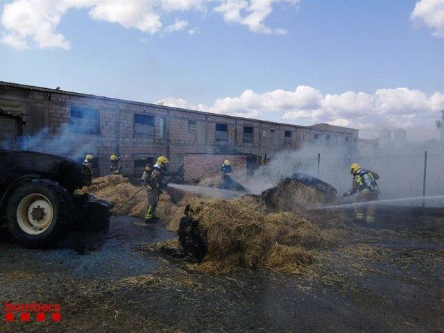 Imatge de l'incendi d'un tractor i uns blocs de palla en la Conca Dellà i Isona (Lleida)