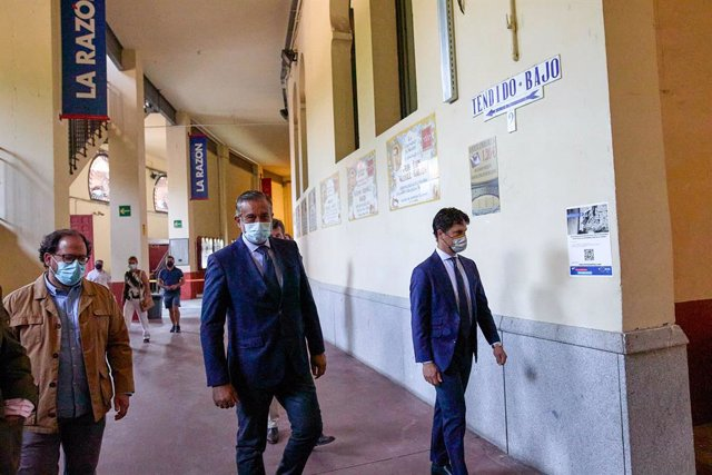 El conseller de Presidència, Justícia i Interior de la Comunitat de Madrid, Enrique López (c), i el torero i director gerent del Centro Assumptes Taurins de la Comunitat de Madrid, Miguel Abellán (d), es dirigeixen a una reunió del Consell d'Assumptes Tau