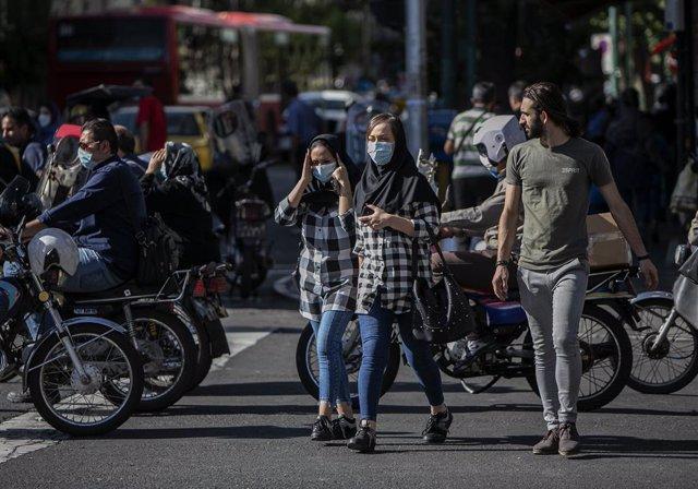 Archivo - Personas con mascarilla en Teherán