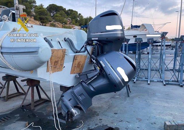 Imagen de los motores de la embarcación que presuntamente habían intentado robar tres personas en Torredembarra (Tarragona)