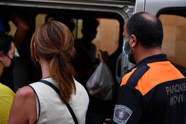 Trabajadores ayudan a tres de los menores marroquíes a las puertas del juzgado tras presentar una denuncia solicitando habeas corpus minutos antes de ser repatriados a su país de origen