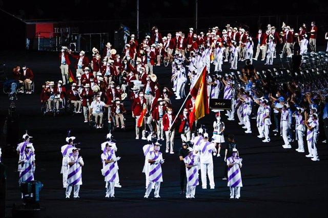 Michelle Alonso y Ricardo Ten encabezan el desfile de los integrantes de la expedición española en el Estadio Olímpico de Tokio
