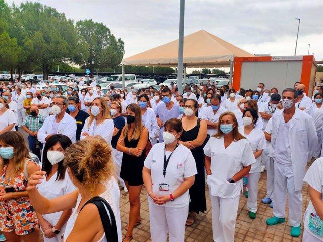 Imagen de la concentración ante el Hospital de La Plana en apoyo al personal del centro