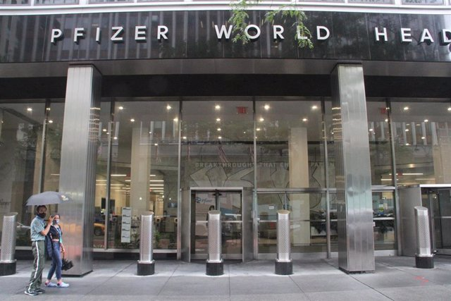 23 August 2021, US, New York: People walk outside Pfizer's headquarters. The US Food and Drug Administration (FDA) has granted full approval to the drug from German manufacturer BioNTech and its US partner Pfizer as the first Corona vaccine in the US.