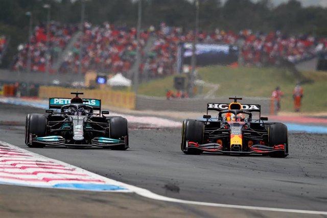 Archivo - Hamilton intenta adelantar a Verstappen
