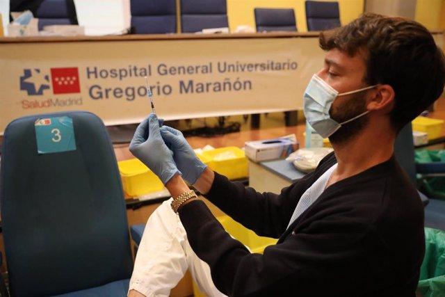 Un sanitario prepara una vacuna contra el coronavirus, en el dispositivo puesto en marcha en las instalaciones del Hospital General Universitario Gregorio Marañón, a 20 de agosto de 2021, en Madrid (España).
