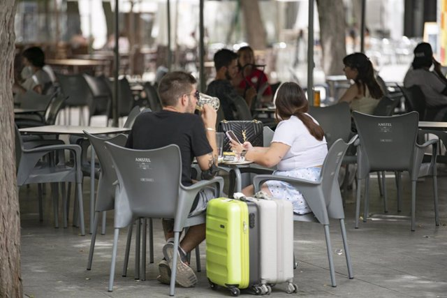 Un chico y una chica, en la terraza de un bar en la Plaza Cervantes, a 11 de agosto de 2021, en Ciudad Real, Castilla-La Mancha, (España).