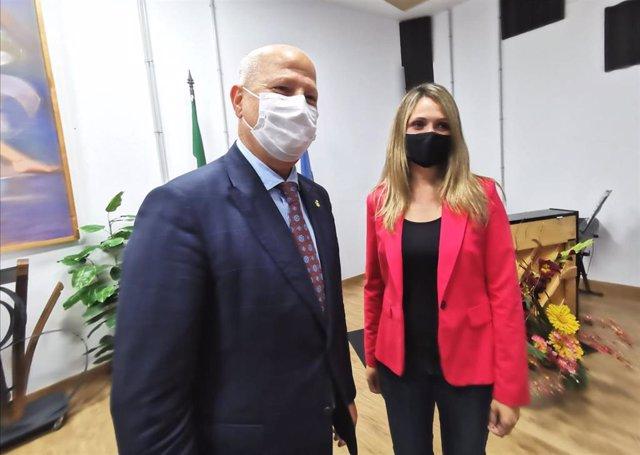La coordinadora de Cs en Huelva y diputada provincial, María Ponce, junto al consejero de Educación y Deporte, Javier Imbroda.