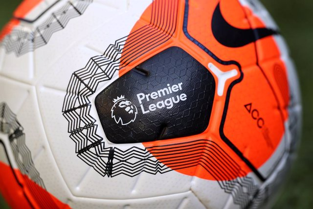 Archivo - FILED - 19 June 2020, England, Norwich: The Premier League logo on a match ball. Signing European players will prove more difficult for Premier League clubs from Friday when the new trade deal governing relations between the UnitedKingdom and E