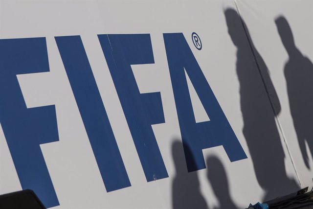 Archivo - FILED - 06 January 2020, Egypt, Giza: The shadows of spectators can be seen on a FIFA banner. FIFA vice-president Victor Montagliani has suggested that the European leagues should consider switching to a calendar year season because of the coron