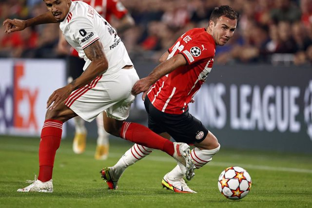 24 August 2021, Netherlands, Eindhoven: PSV Eindhoven's Mario Goetze in action during the UEFA Champions League Play-off second leg soccer match between PSV Eindhoven and SL Benfica at the Philips Stadium. Photo: Maurice Van Steen/ANP/dpa