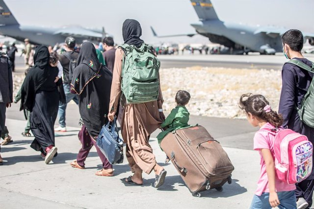 HANDOUT - 24 August 2021, Afghanistan, Kabul: A child looks at the aircraft as he is strolled towards his flight during an evacuation at Hamid Karzai International Airport following the Taliban takeover. Photo: -/U.S. Marines via ZUMA Press Wire Service/d