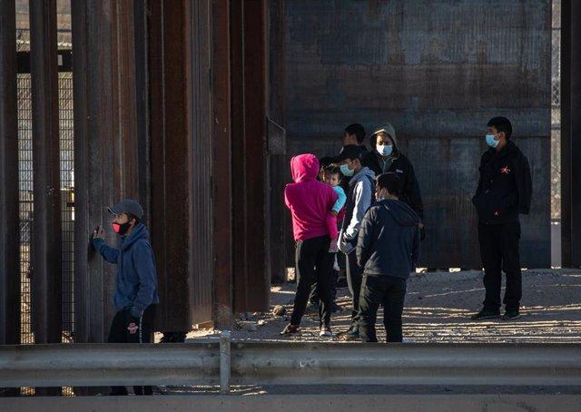Archivo - Migrantes intentado cruzar la frontera de México a Estados Unidos
