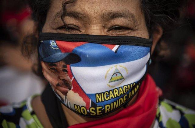 Archivo - Mujer apoya la candidatura de Daniel Ortega en las elecciones de Nicaragua