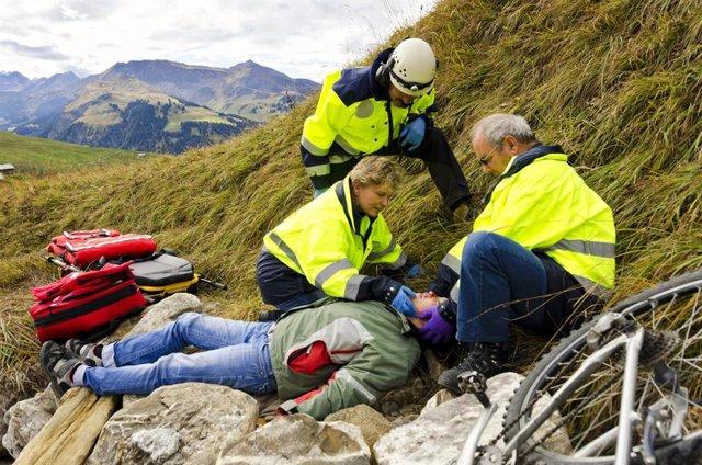 Rescate médico de montaña a un herido.