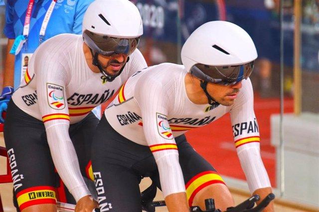 Adolfo Bellido y Eloy Teruel durante la prueba de persecución de los Juegos Paralímpicos de Tokio