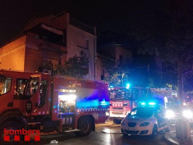 Els bombers treballen per apagar l'incendi en un habitatge de Sant Boi (Barcelona)