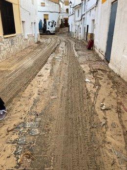 Estado de una calle en Orcera tras las tormentas de esta noche