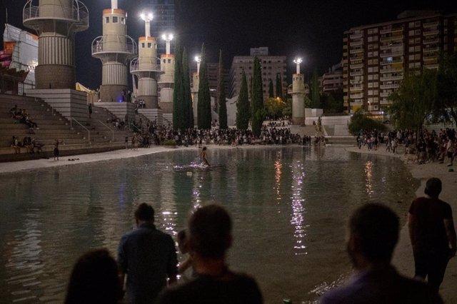 Aglomeracions al parc de l'Espanya Industrial en la primera nit de les festes del barri de Sants de Barcelona.
