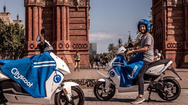 Archivo - Arxiu - Dues motos de l'operador francès de 'motosharing' Cityscoot a Barcelona, en una imatge d'arxiu