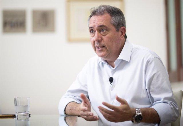 El alcalde de Sevilla y secretario general del PSOE de Andalucía, Juan Espadas, durante una entrevista con Europa Press.